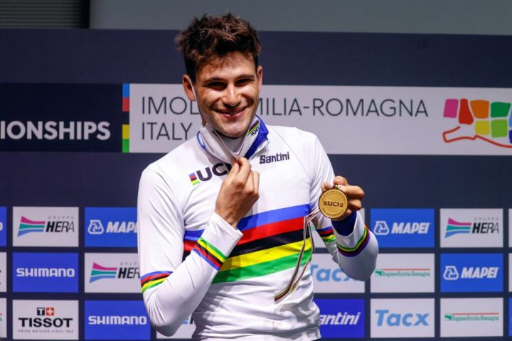 Filippo Ganna in maglia iridata